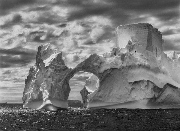 "Eisberg, Antarctic Peninsula, 2005, Sebastiao Salgado, Amazonas Images, Fotografie in der Ausstellung ""Genesis"", C/O Galerie Berlin"