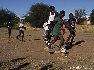 Mädchen auf Bolzplatz, Katutura, Namibia